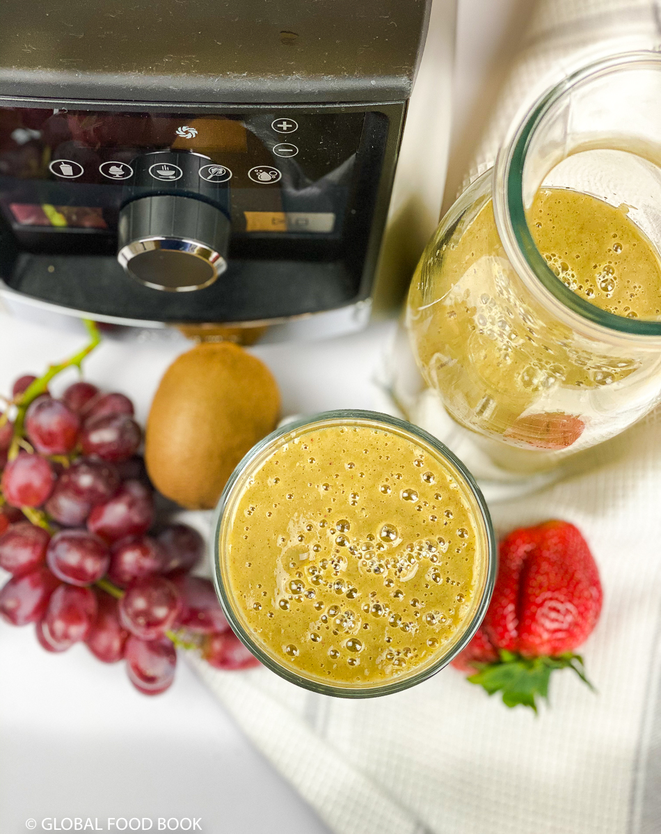 STRAWBERRY, PEAR, KIWI, GRAPES & SPINACH SMOOTHIE